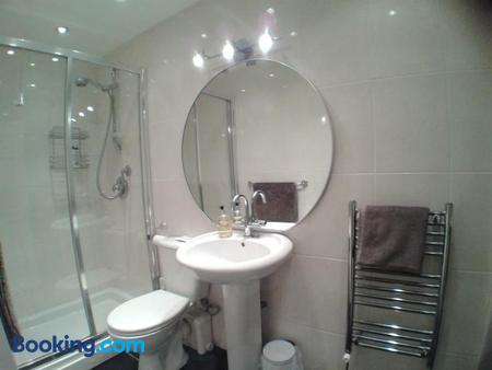 Holland House - Wallasey - Bathroom