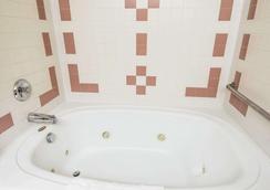 Comfort Inn - Lewiston - Bathroom