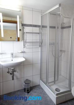 Hotel Garni Goldene Traube - Bad Windsheim - Bathroom