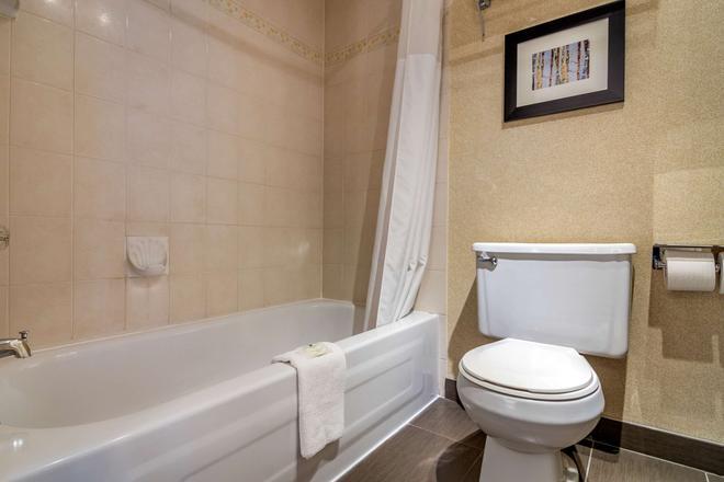 Quality Inn - Kamloops - Bathroom
