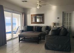 Luxury Oceanfront House! Amazing Views, Dive, Snorkel, Kayak, 4 Hammocks, Relax! - Cayman Brac - Living room
