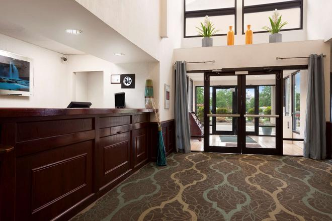 Super 8 by Wyndham Aurora/Naperville Area - Aurora - Front desk