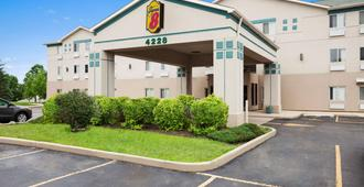 Super 8 by Wyndham Aurora/Naperville Area - Aurora - Edificio