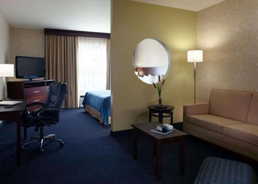 Quality Inn & Suites Brossard - Brossard - Living room
