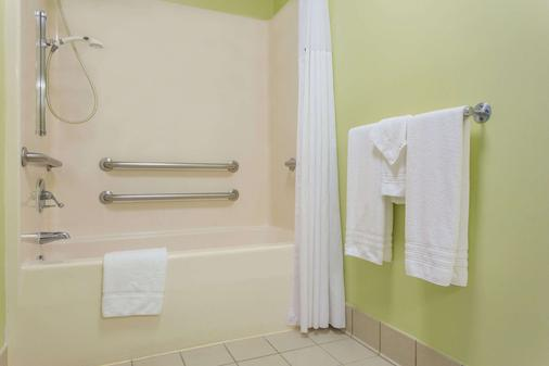 Days Inn by Wyndham Raleigh-Airport-Research Triangle Park - Morrisville - Bathroom