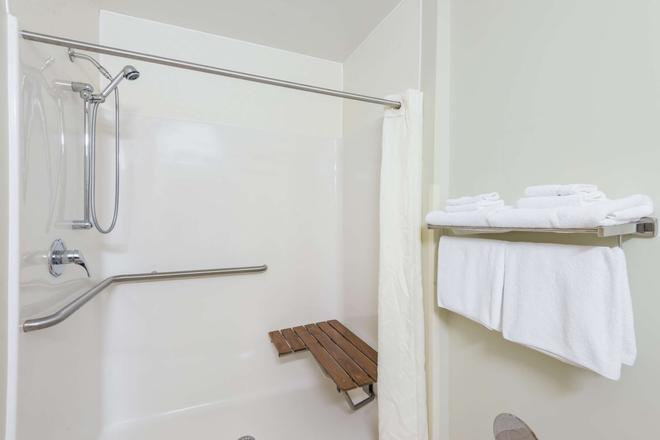 Super 8 by Wyndham Hagerstown/Halfway Area - Hagerstown - Bathroom