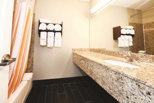 La Quinta Inn Sandusky near Cedar Point - Sandusky - Bathroom