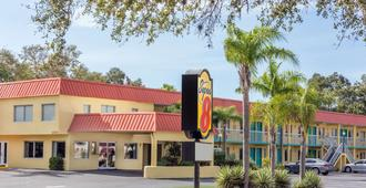 Super 8 by Wyndham Sarasota Near Siesta Key - Sarasota - Building