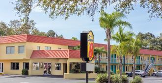 Super 8 by Wyndham Sarasota Near Siesta Key - סראסוטה