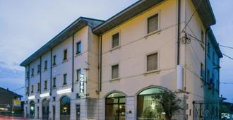 Hotel Postumia - Dossobuono - Building