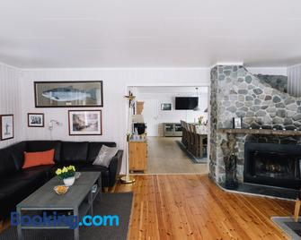 Trasti & Trine´s Lodge - Альта - Living room