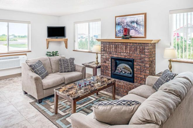 Super 8 by Wyndham Nebraska City - Percival - Living room