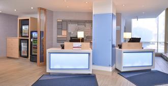 Holiday Inn Express & Suites Buffalo Downtown - Medical Ctr - באפלו - דלפק קבלה