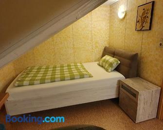 Sonnige ruhige Dachwohnung inkl WIFI und kostenlosem Kaffee - Lörrach - Yatak Odası