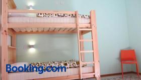 Corner Hostel - Слима - Спальня