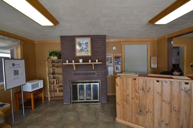 Traveler's Lodge - West Yellowstone - Front desk