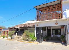 BM Zihua Casa de Huéspedes by Rotamundos - Zihuatanejo - Building
