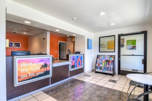 Motel 6 Corona - Corona - Front desk