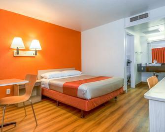 Motel 6 Corona - Corona - Спальня