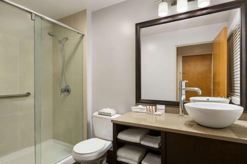 Days Inn by Wyndham Vancouver Downtown - Vancouver - Bathroom