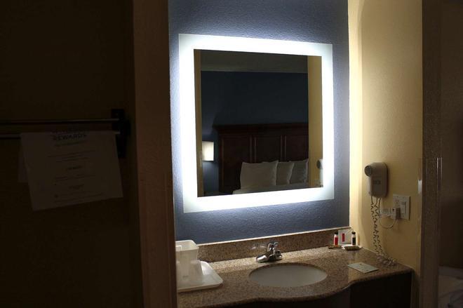 Days Inn by Wyndham Batavia Ohio - Batavia - Bathroom