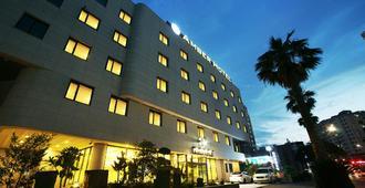 Amber Hotel Jeju - ג'ג'ו