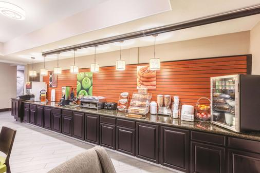La Quinta Inn & Suites by Wyndham Houston Bush Intl Airpt E - Humble - Buffet