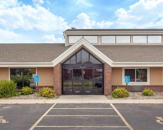 AmericInn by Wyndham Willmar - Willmar - Building