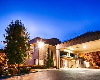 Best Western Plus Prairie Inn - Albany - Building