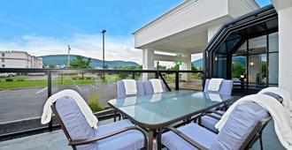 Holiday Inn Express Fishkill-Mid Hudson Valley - Фишкил - Балкон