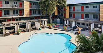 Stay Alfred on Red River Street - Austin - Bể bơi
