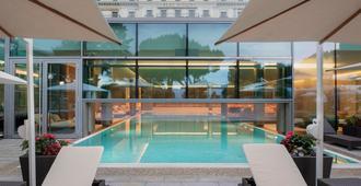 美岸皇宫大酒店 - 洛桑 - 游泳池