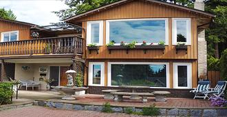 Mountain Bed & Breakfast - North Vancouver - Building