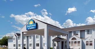 Days Inn & Suites by Wyndham Spokane Airport Airway Heights - Airway Heights - Building