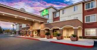 La Quinta Inn & Suites by Wyndham Las Vegas Red Rock - לאס וגאס - בניין