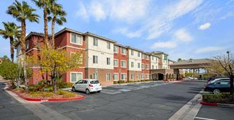 La Quinta Inn & Suites by Wyndham Las Vegas Red Rock - Las Vegas - Building