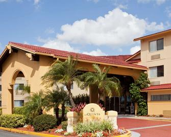 La Quinta Inn & Suites by Wyndham St. Pete-Clearwater Airpt - Clearwater - Building