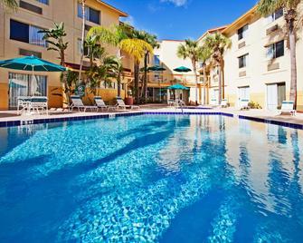 清水機場拉昆塔套房酒店 - 清水 - 清水城(佛羅里達州) - 游泳池