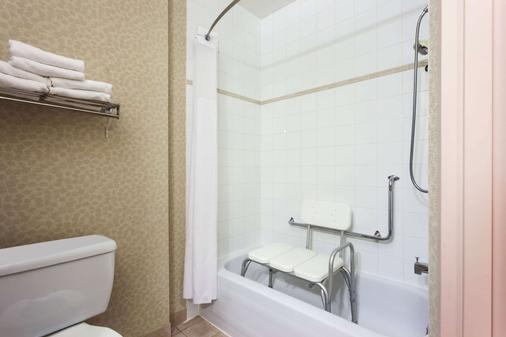 Ramada Limited Vancouver Airport - Richmond - Bathroom