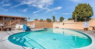 Rodeway Inn San Bernardino - San Bernardino - Pool