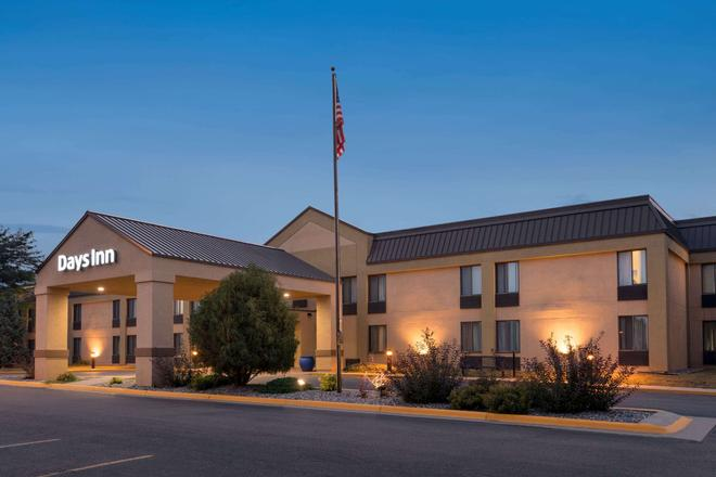 Days Inn by Wyndham Fargo - Fargo - Building
