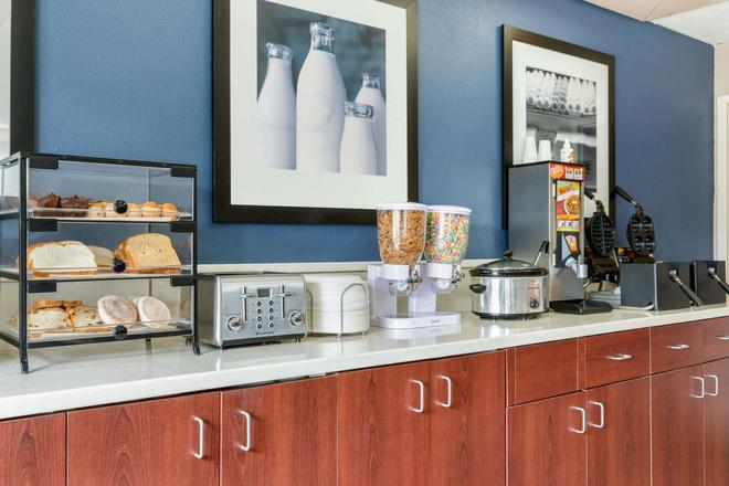 Days Inn by Wyndham Fargo - Fargo - Buffet