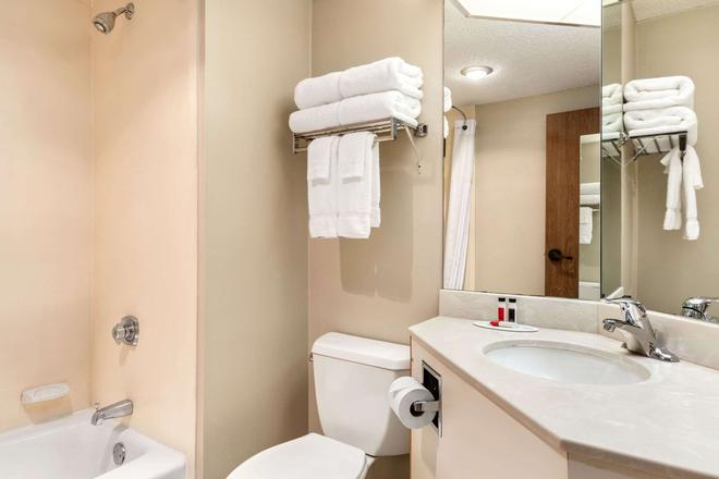 Days Inn by Wyndham Fargo - Fargo - Bathroom