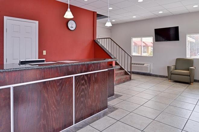 Americas Best Value Inn Tulsa At I-44 - Tulsa - Front desk