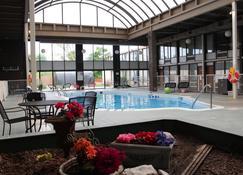Newark Garden Hotel - Newark - Piscina