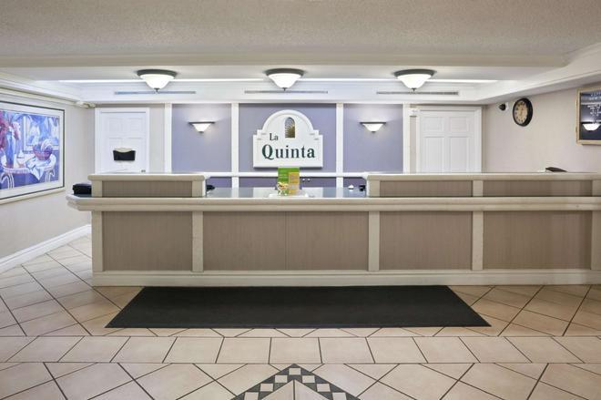 La Quinta Inn Omaha West - Omaha - Front desk