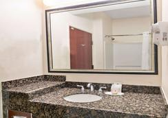 Super 8 by Wyndham Austin/Airport South - Austin - Bathroom