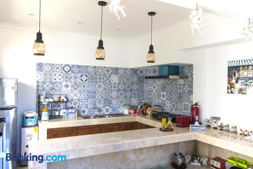 hikari guesthouse - Kuta - Kitchen