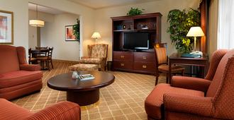 Royal Scot Hotel & Suites - Victoria - Living room
