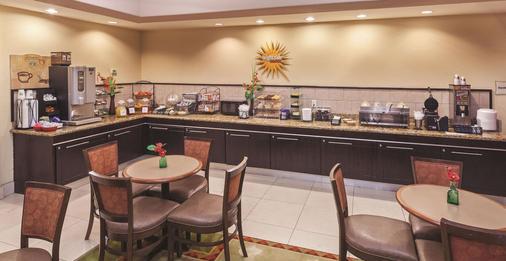 La Quinta Inn & Suites by Wyndham Port Arthur - Port Arthur - Buffet